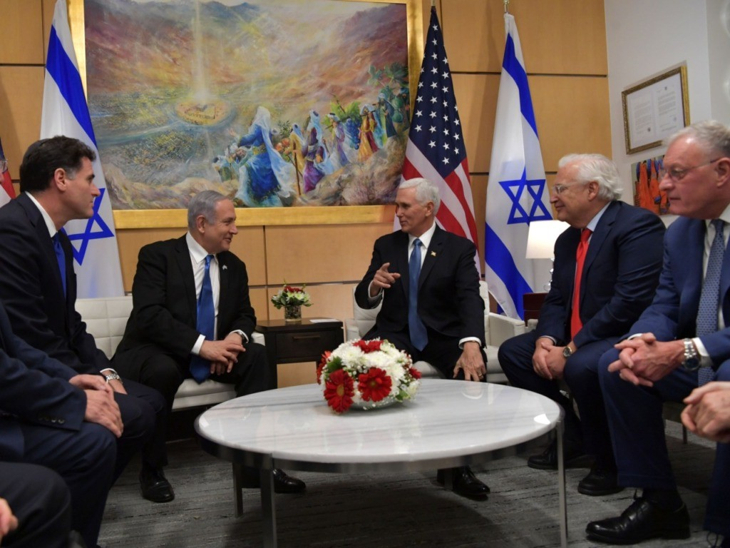 Pence, Netanyahu Met Under Pic of Jews Trekking to Jewish Temple
