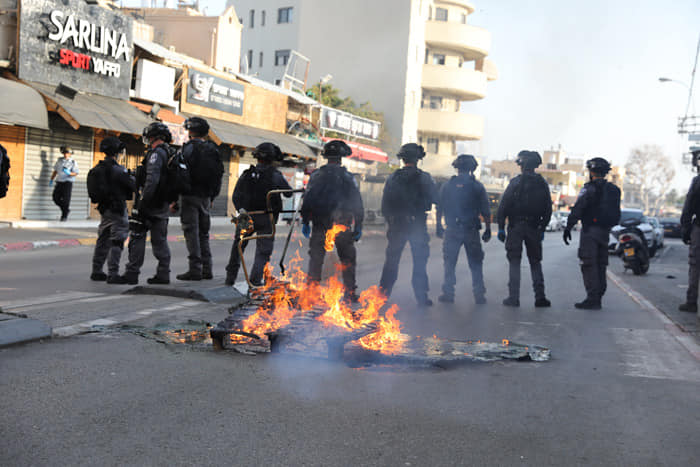 EXCLUSIVE VIDEO: Riot in Israeli City as Police Confront Quarantine Breaker, Muslim Prayers