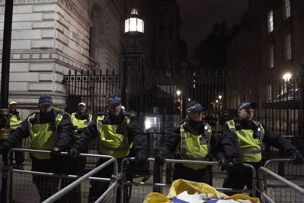 Parliament Square, Whitehall Locked Down by London Police Following 'Suspicious Package' Alert