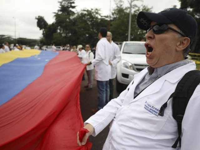 Venezuelan Doctors Flood Border Bridge Pleading for Humanitarian U.S. Aid