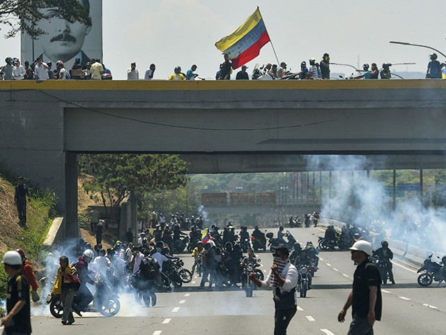 Venezuela: One Dead, over 100 Injured Since Military Turned on Maduro